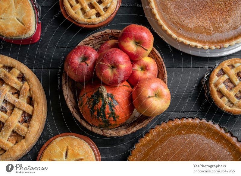 Korb mit Früchten und vielen süßen Kuchen. Draufsicht. Frucht Apfel Dessert Süßwaren Tisch Küche Erntedankfest Weihnachten & Advent Holz außergewöhnlich retro