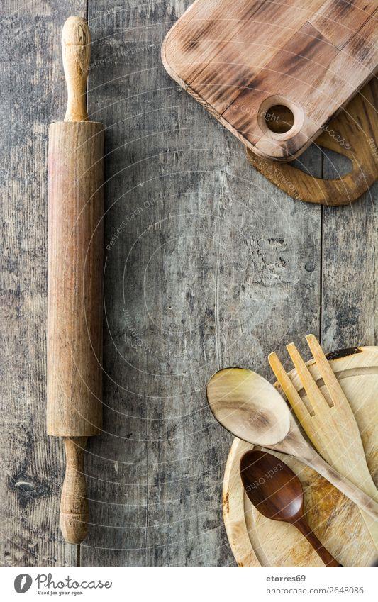 Kochen von Holzutensilien auf Holzuntergrund Schneidebrett Geschirr Utensil Essen zubereiten kochen & garen Schöpfkelle Lebensmittel Gesunde Ernährung