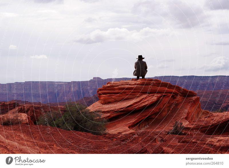Cowboy on the rocks Mann Erwachsene 1 Mensch Natur Wolken Horizont Felsen Schlucht Mantel Cowboyhut beobachten Erholung hocken träumen Coolness frei