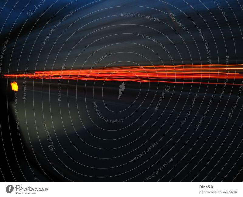 Speed 2 Langzeitbelichtung Lastwagen Geschwindigkeit dunkel rot Autobahn schwarz Himmel blau