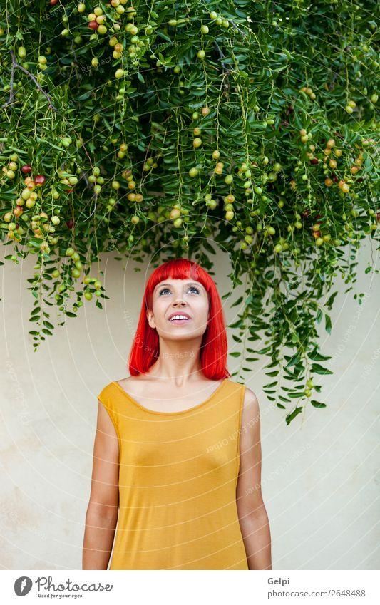 Rothaarige Frau mit gelbem Kleid Lifestyle Stil Freude Glück schön Haare & Frisuren Gesicht Wellness Windstille Sommer Mensch Erwachsene Natur Pflanze Park Mode
