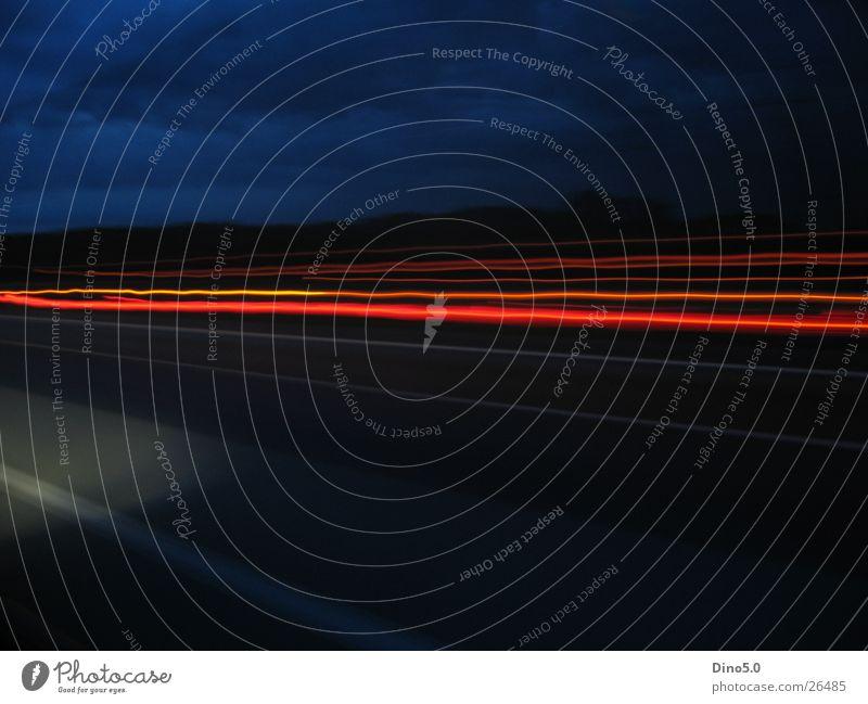 Speed 1 Langzeitbelichtung Lastwagen Geschwindigkeit dunkel rot Autobahn schwarz Himmel blau
