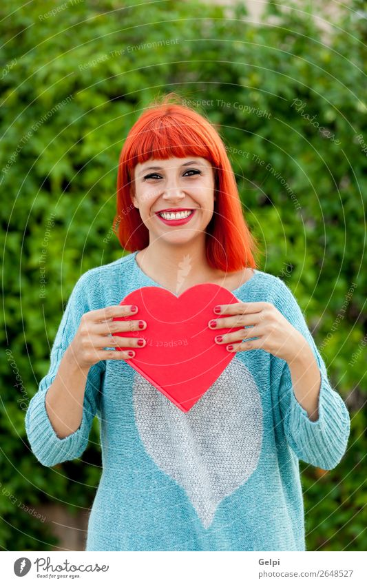 Entspannte rothaarige Frau im Park Lifestyle Stil Freude Glück schön Haut Gesicht Schminke ruhig Mensch Erwachsene Hand Mode Herz Lächeln Liebe Fröhlichkeit