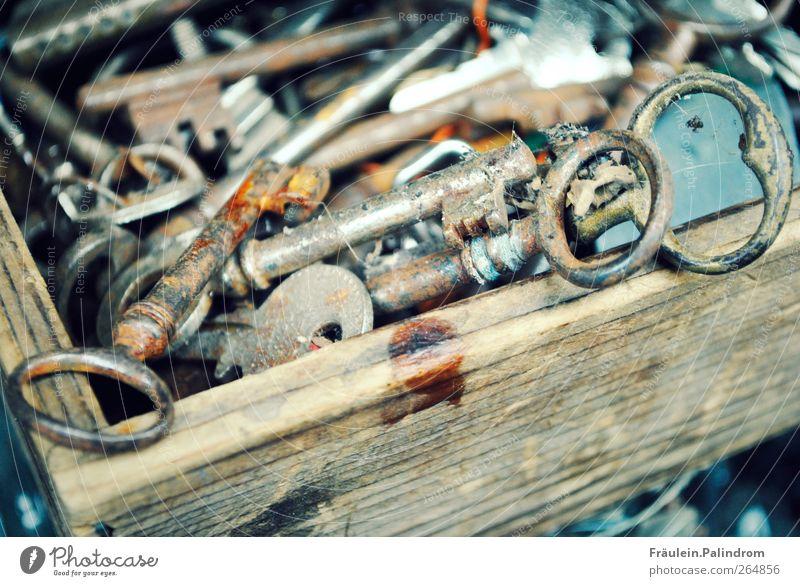 Verlorene Schlüssel. alt Holz Metall Tür glänzend Ordnung Sicherheit Macht einzigartig Schutz Kitsch historisch Kasten Rost Sammlung Schloss