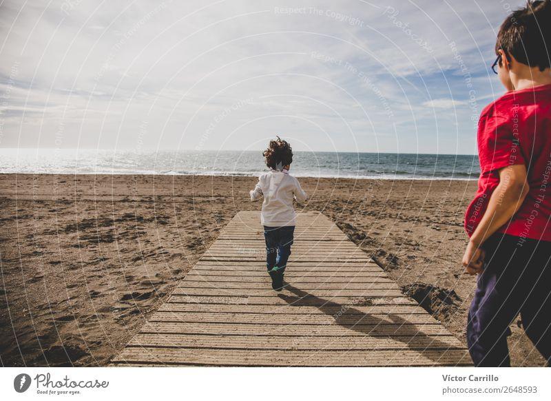 Kind Mensch Natur Landschaft Freude Lifestyle Gefühle Bewegung Familie & Verwandtschaft Junge Freundschaft Stimmung maskulin Kindheit Rücken Fröhlichkeit