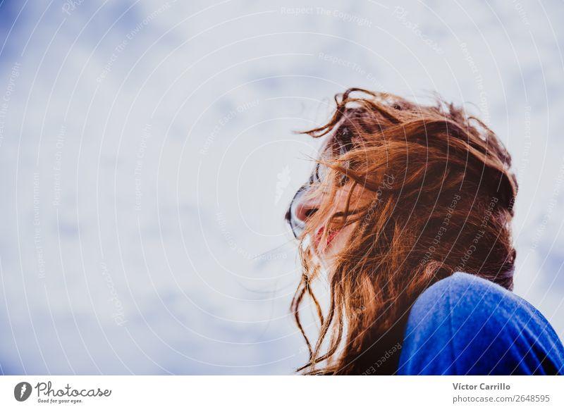 Rothaarige Frau mit Himmelshintergrund feminin Junge Frau Jugendliche Erwachsene Mutter Kopf Haare & Frisuren 1 Mensch 30-45 Jahre Fischerdorf Gefühle Stimmung