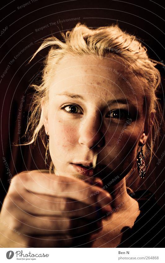 scissor sister Stil Mensch feminin Haare & Frisuren Auge Hand 1 18-30 Jahre Jugendliche Erwachsene Schmuck Ohrringe blond Zopf glänzend Blick Aggression