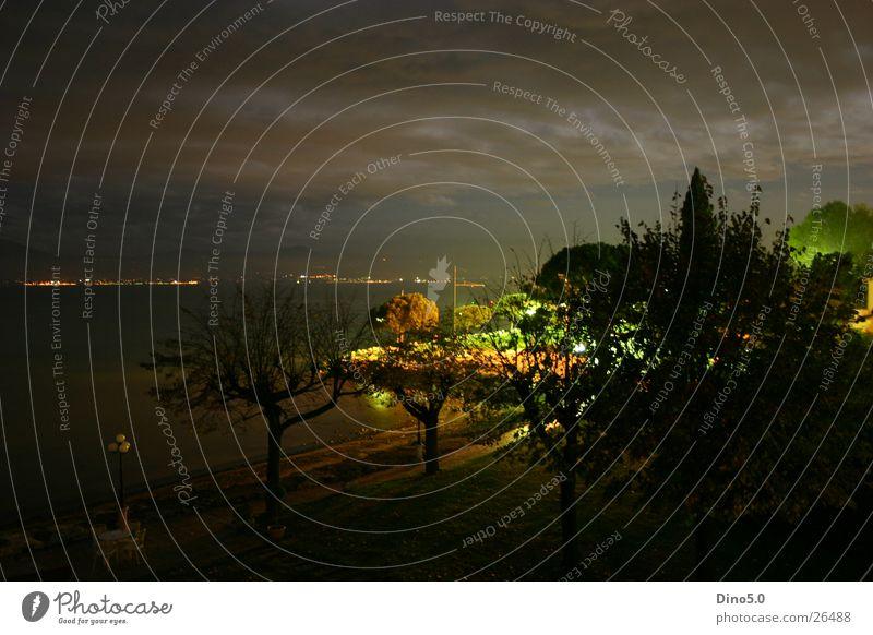 Gardasee Nightshot Italien Nacht See Licht Langzeitbelichtung Lampe Baum Wolken Unwetter Stadt Dorf Europa Wasser Küste