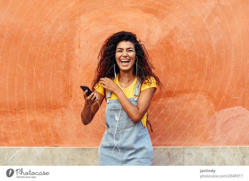 Frau Mensch Jugendliche Junge Frau Freude 18-30 Jahre Straße Lifestyle Erwachsene feminin Gefühle Haare & Frisuren Technik & Technologie Lächeln Fröhlichkeit