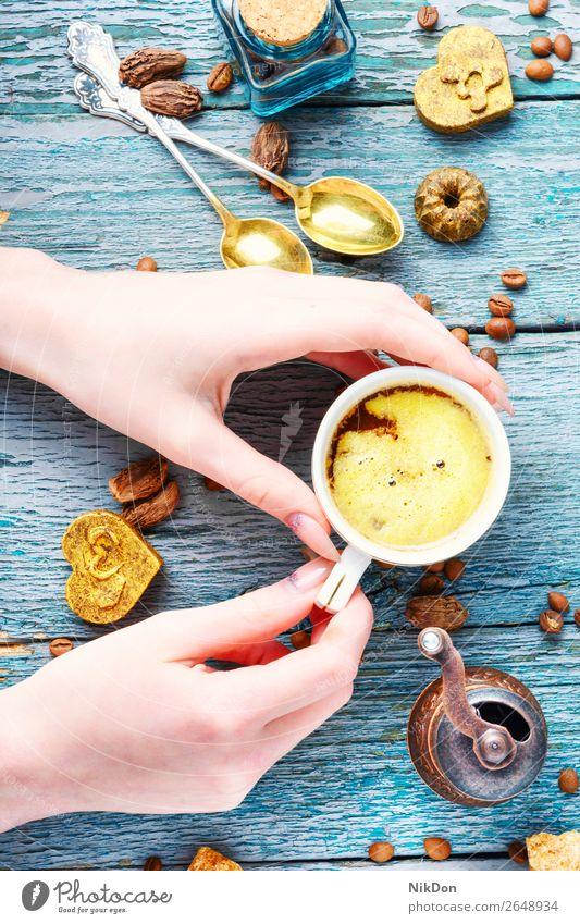 Tasse türkischer Kaffee und geröstete Bohne Bonbon Süße Schokolade trinken Koffein süß Lebensmittel Dessert braun Hand Getränk Zimt Konditorei Morgen Espresso