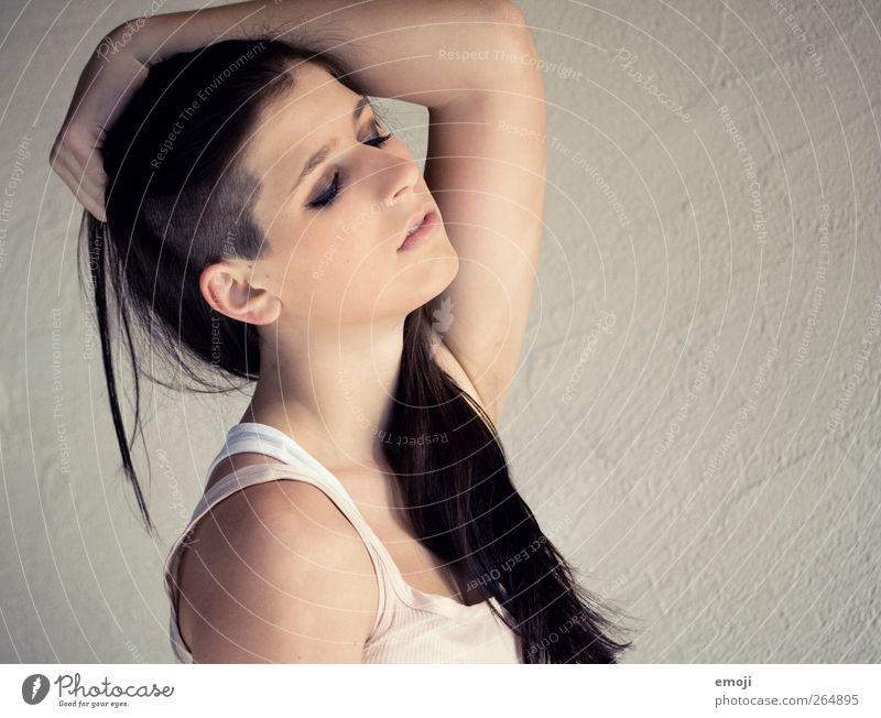 bad feminin androgyn Junge Frau Jugendliche 1 Mensch 18-30 Jahre Erwachsene Haare & Frisuren schwarzhaarig brünett langhaarig Glatze einzigartig sidecut