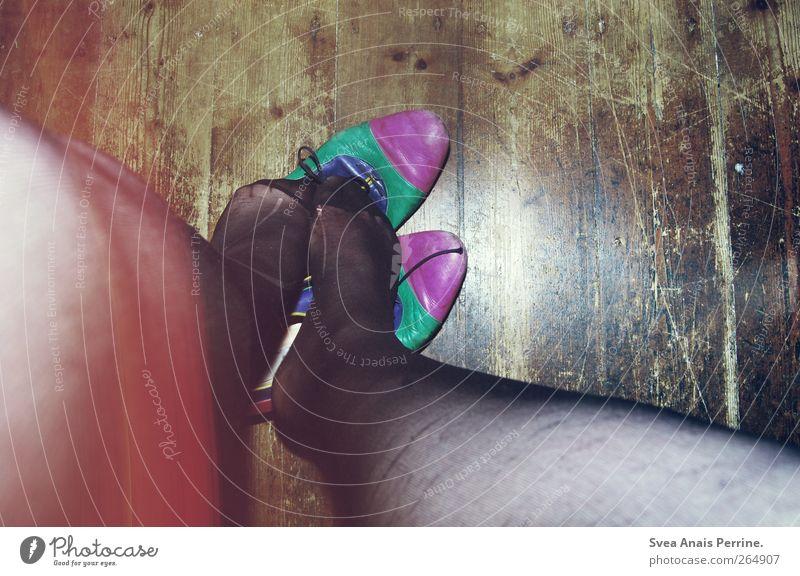 die schuhe unter den füßen wegreißen. feminin Junge Frau Jugendliche Beine Fuß 1 Mensch 18-30 Jahre Erwachsene Raum Holzfußboden Mode Strumpfhose Leggings
