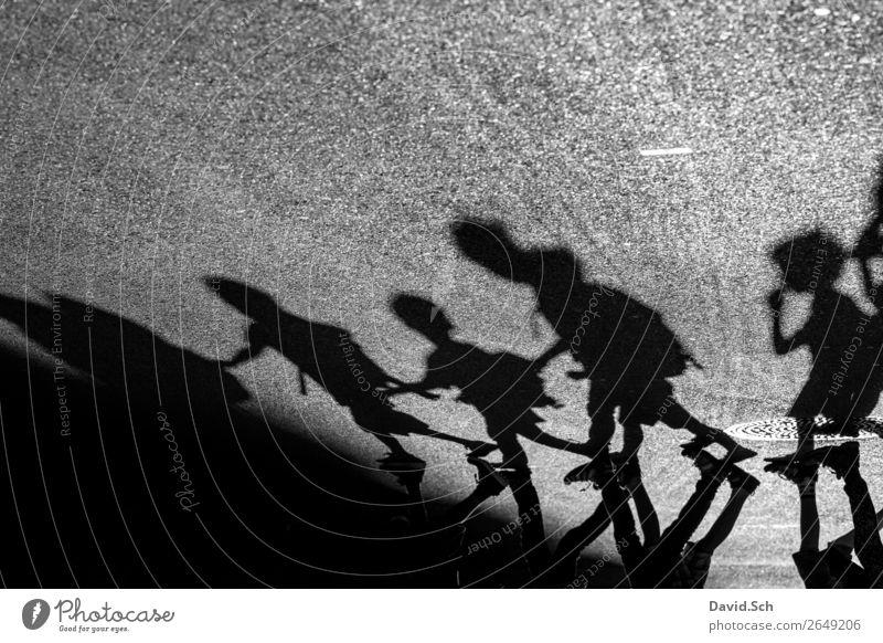 Schattenspiel - Kinder laufen in Reihe über eine Straße Mensch Stadt Mädchen Junge Ausflug gehen Körper Aktion Kindergruppe Zusammenhalt Asphalt Fußgänger