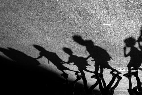 Schattenspiel - Kinder laufen in Reihe über eine Straße Mensch Mädchen Junge Körper 5 Fußgänger Asphalt Stadt Zusammenhalt gehen Kindergruppe Ausflug Aktion