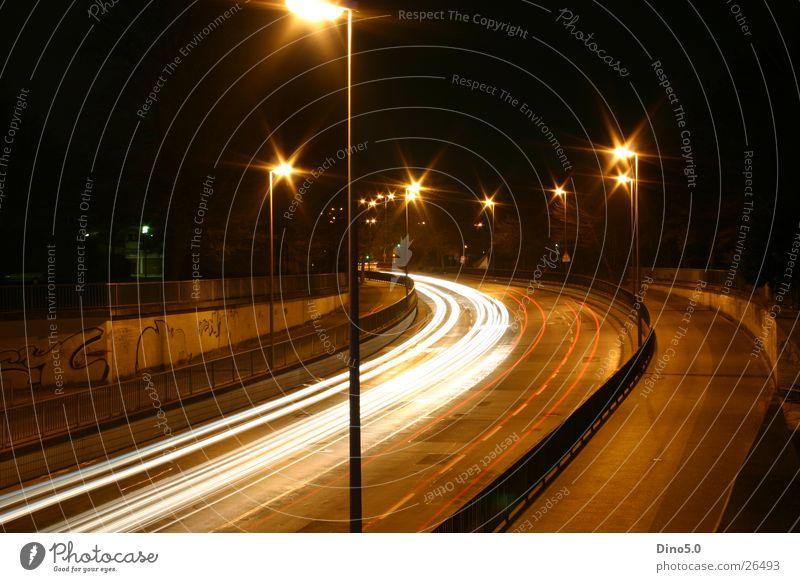 Nachts Lampe Licht Laterne weiß Langzeitbelichtung Straße Graffiti Kurve Geländer