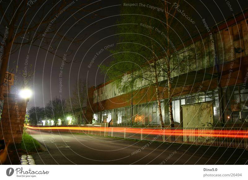 Langzeitbelichtung Nacht Haus Gebäude Laterne Geschwindigkeit Zaun Mauer Baum Sträucher rot schwarz dunkel Straße Unternehmen Tor Himmel