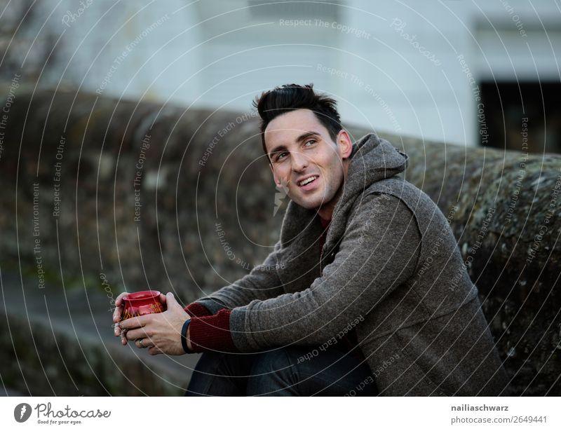 Porträt Getränk trinken Heißgetränk Tee Alkohol Glühwein Lifestyle Stil Freude Glück Tourismus Ausflug Winter Weihnachten & Advent maskulin Junger Mann