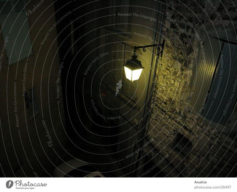 Licht im Dunkel Frankreich Erkenntnis dunkel Nacht Steinmauer Laterne Architektur Altstadt alt