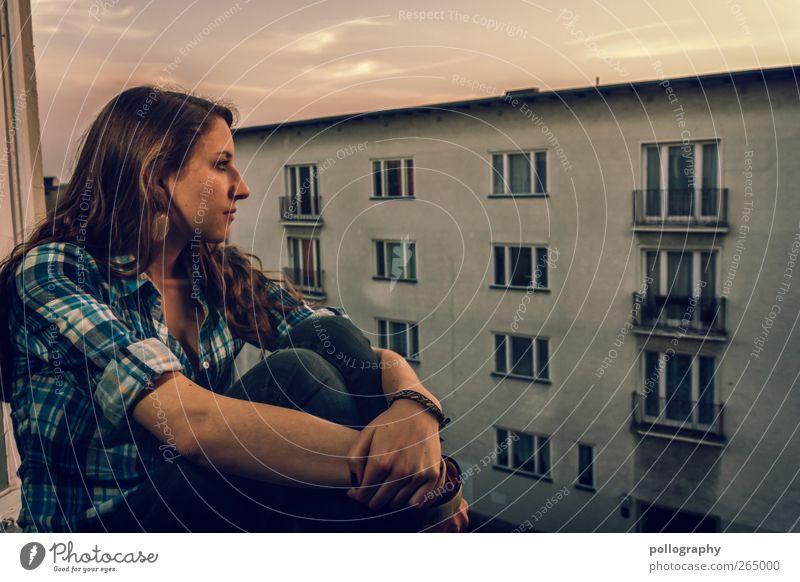 Unaufälliges ausspionieren der Nachbarn... Mensch Frau Jugendliche Stadt schön Junge Frau Wolken Haus 18-30 Jahre Fenster Erwachsene Wand Leben feminin Berlin Gebäude