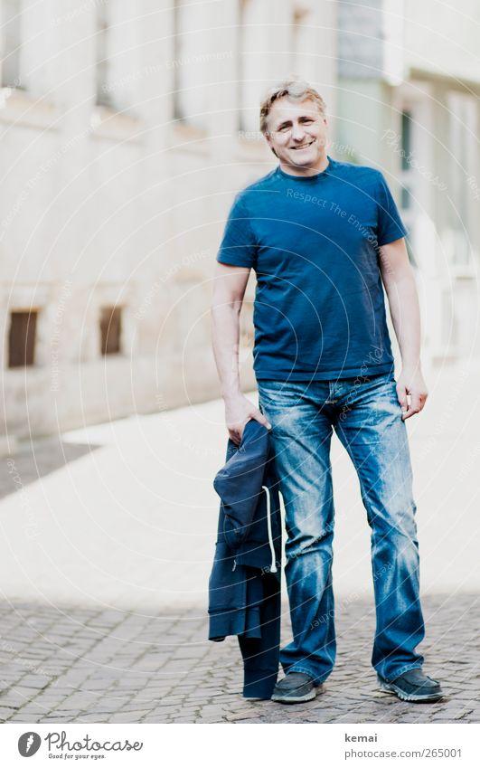 Blaumann Lifestyle Stil Städtereise maskulin Mann Erwachsene Leben Körper Kopf Gesicht Arme Beine Fuß 45-60 Jahre Mode T-Shirt Jeanshose Jacke grauhaarig