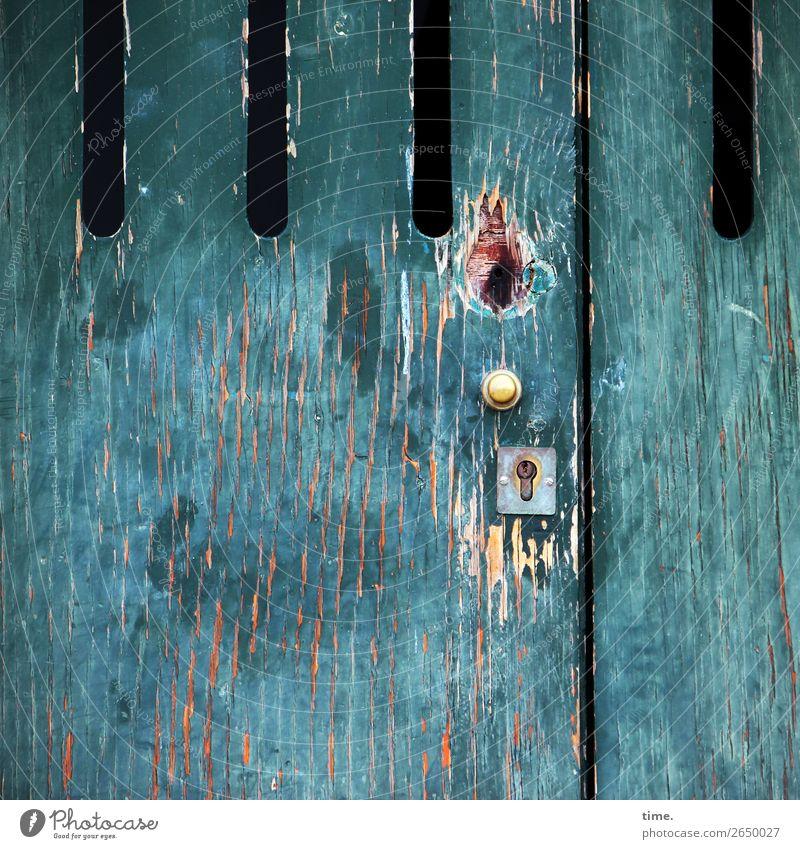 leichte Gebrauchsspuren, aber sonst wie neu Fassade Tür Türspion Schloss Griff Eingangstür Hauseingang Holz Metall Linie Streifen Schlitz alt dunkel historisch