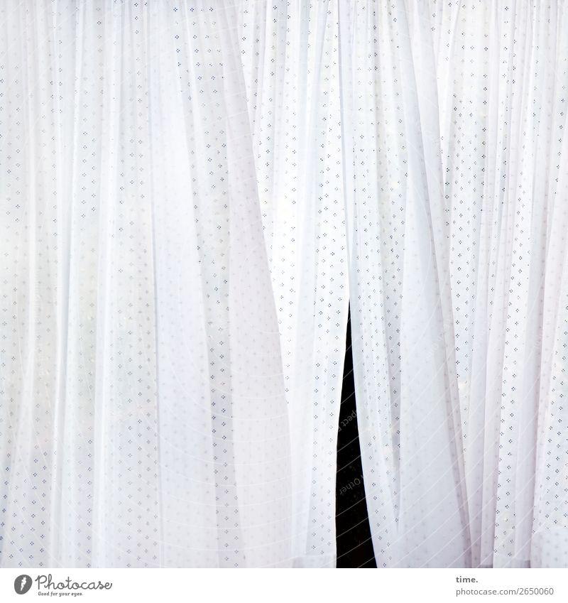 Schlitz im Textil Gardine Wäscheleine Textilien Stoff Vorhang Linie Streifen hängen hell schwarz weiß Leben Zufriedenheit Bewegung Design entdecken