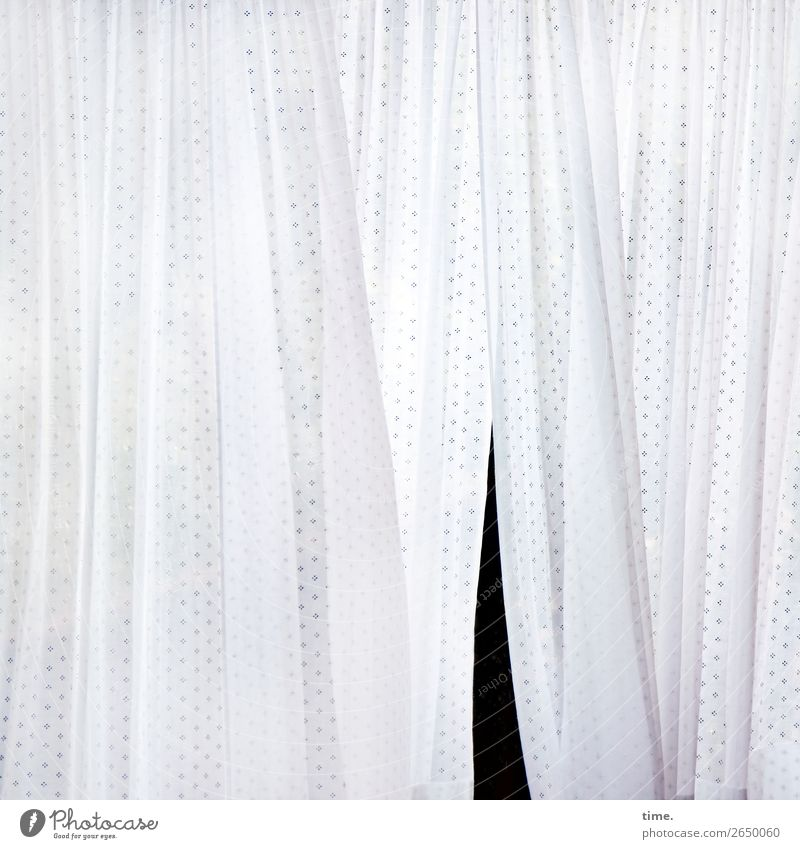 Schlitz im Textil weiß ruhig schwarz Leben Bewegung Zeit Stimmung Design Zufriedenheit hell Linie Wind Perspektive entdecken Streifen geheimnisvoll