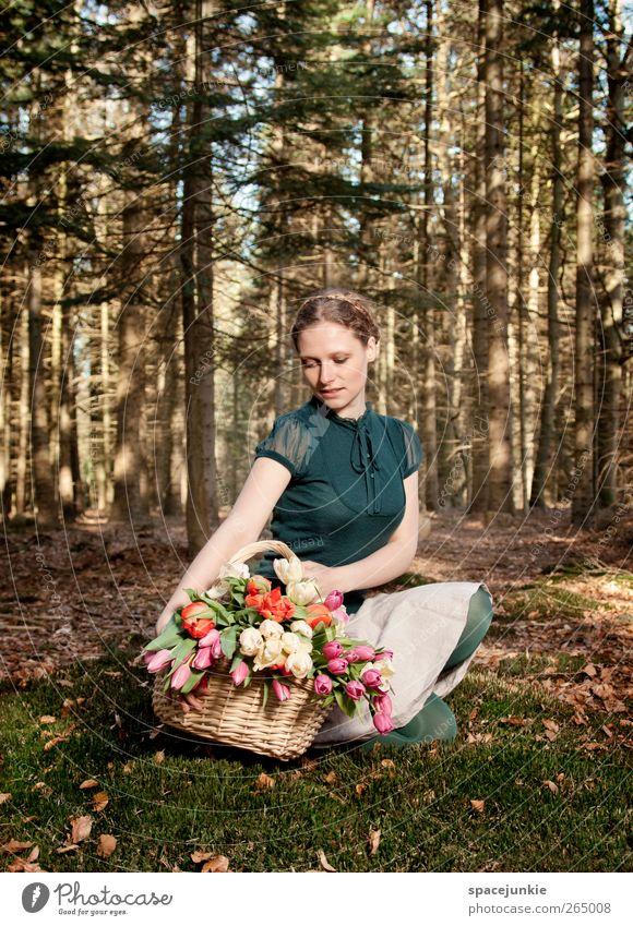 Springtime Mensch feminin Junge Frau Jugendliche 1 18-30 Jahre Erwachsene Natur Landschaft Frühling Schönes Wetter Wald Mode blond beobachten berühren Umarmen