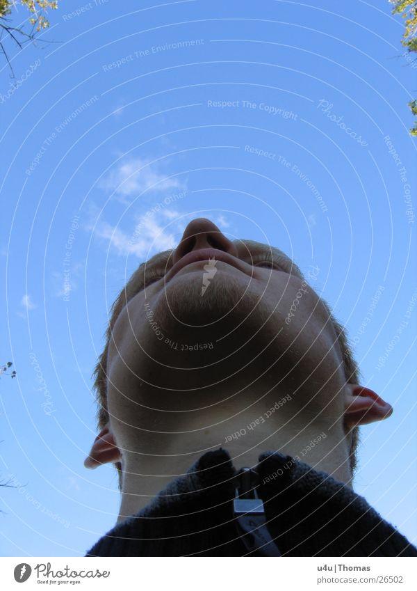 Portrait Mann einzeln Blauer Himmel Selbstportrait 1 Mensch Männergesicht Vor hellem Hintergrund Männerkinn Ein Mann allein Ein junger erwachsener Mann