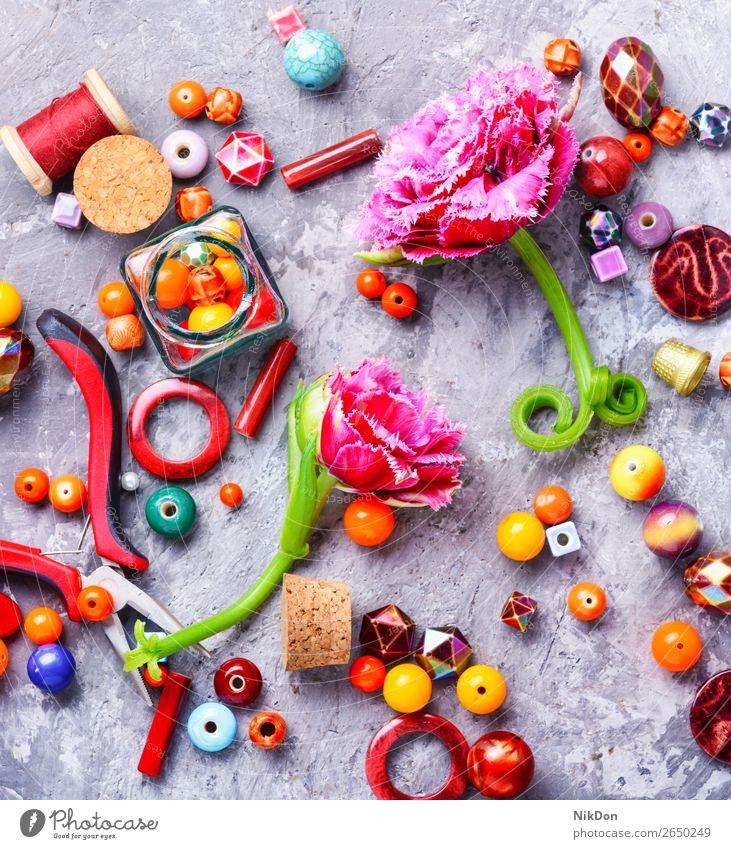 Perlen und Tulpen Wulst Schmuck Blume Frau Dekoration & Verzierung Handwerk handgefertigt Accessoire Sicken Mode farbenfroh Design Makro Stein Hobby Kunst Stil