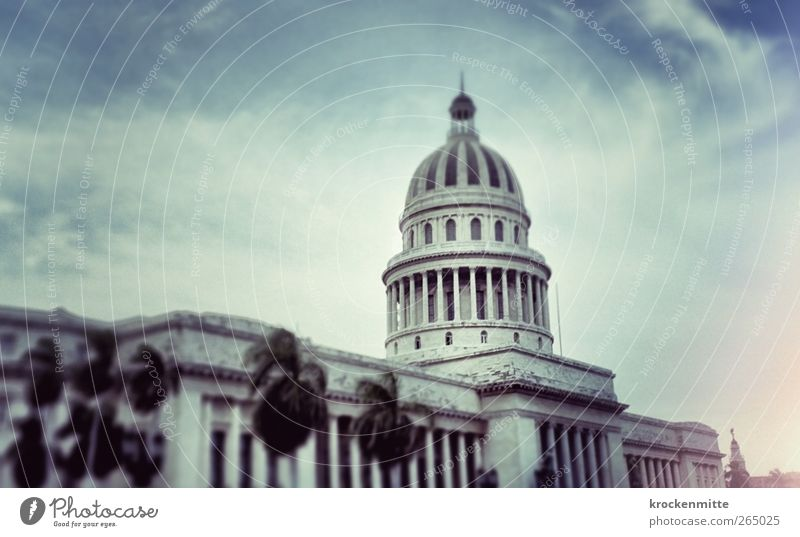 El Capitolio de La Habana blau Stadt Wolken Haus Architektur Gebäude Dach Bauwerk Mitte Säule Palme Kuba Stadtzentrum Hauptstadt Politik & Staat Altstadt