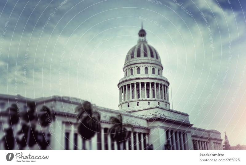 El Capitolio de La Habana Havanna Kuba Stadt Hauptstadt Stadtzentrum Haus Bauwerk Gebäude Architektur Dach Säule blau Palme Wolken Regierungssitz Parlament