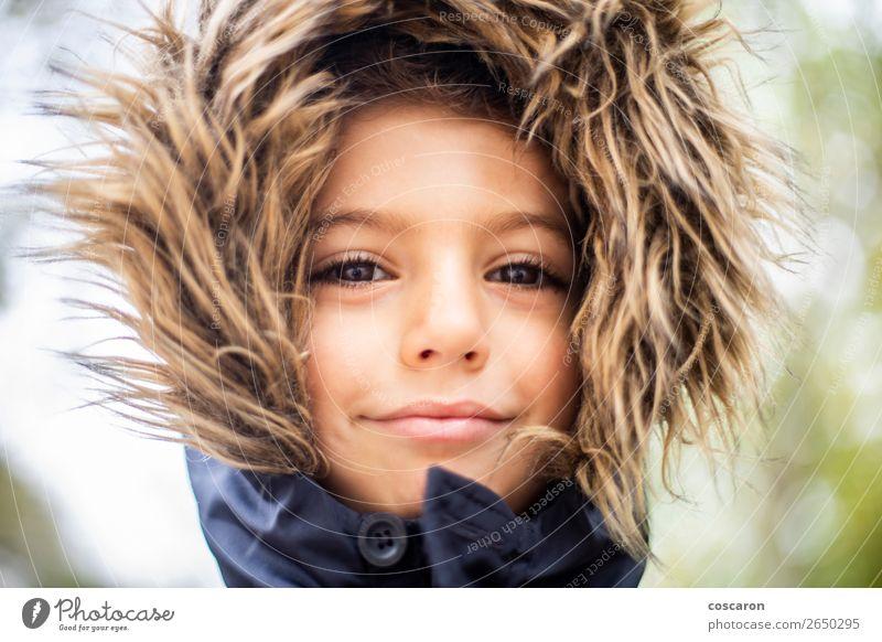 Gutaussehender Junge mit Haarhaube an einem kalten Tag Lifestyle Glück schön Gesicht Ferien & Urlaub & Reisen Winter Schnee Winterurlaub Kind Mensch Baby