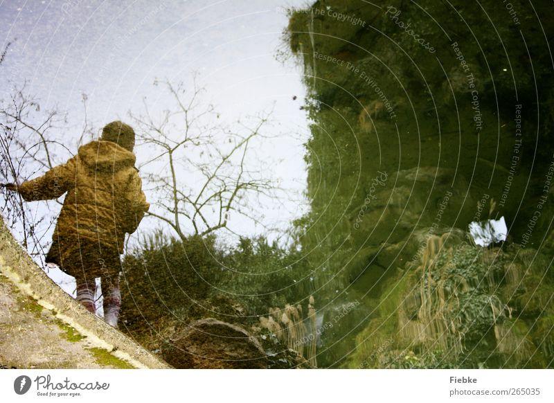 Alice Spielen Kinderspiel Abenteuer Ferne Freiheit feminin Mädchen 1 Mensch 3-8 Jahre Kindheit Umwelt Natur Wasser Himmel Herbst Baum Garten Park Teich See Rock
