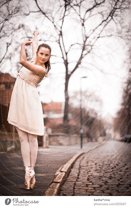 * elegant Tanzen Balletttänzer Ballettschuhe feminin Junge Frau Jugendliche 1 Mensch 18-30 Jahre Erwachsene Straße Kleid brünett Zopf ästhetisch sportlich