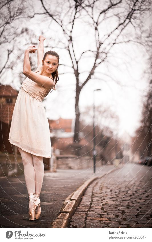 * Mensch Jugendliche schön Erwachsene Straße feminin Erotik Tanzen rosa elegant ästhetisch Junge Frau 18-30 Jahre Kleid Fitness sportlich