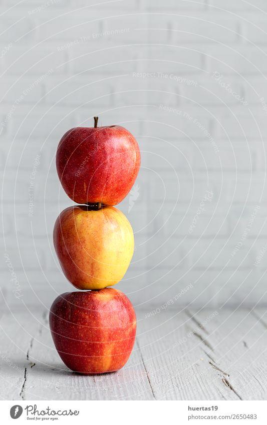Roher roter Apfel auf weißem Tisch Lebensmittel Frucht Ernährung Vegetarische Ernährung Diät Kunst Blatt frisch lecker natürlich Gesundheit Entzug organisch süß