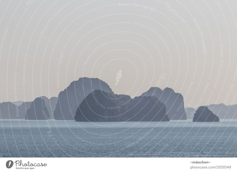 Halong Bay IV Natur Landschaft Urelemente Wasser Schönes Wetter Nebel Hügel Felsen Wellen Küste Bucht Meer blau Stimmung Ferien & Urlaub & Reisen ruhig Ferne