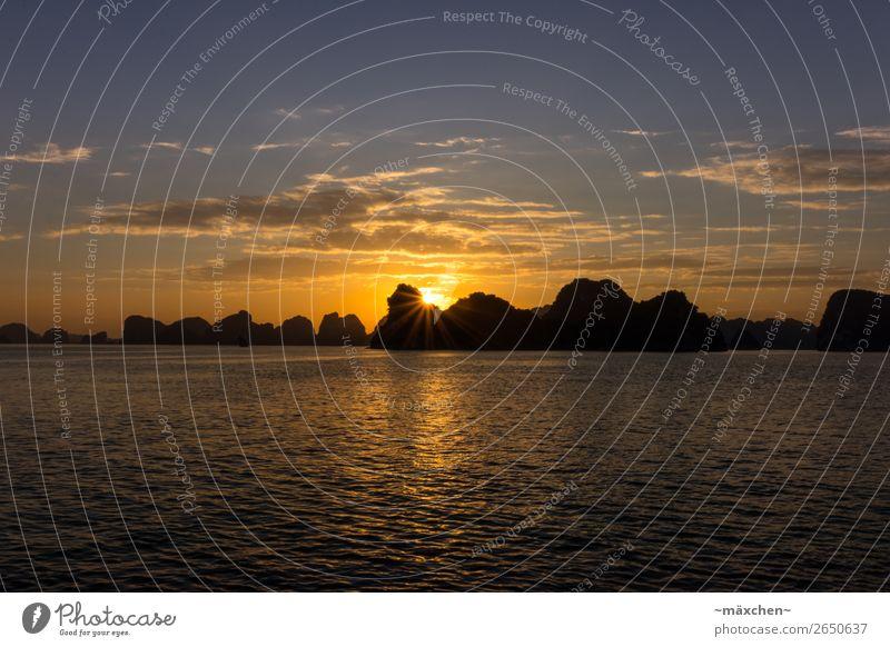 Halong Bay I Natur Landschaft Wasser Himmel Wolken Sonne Sonnenaufgang Sonnenuntergang Sonnenlicht Schönes Wetter Hügel Felsen Bucht Meer schön blau gelb orange
