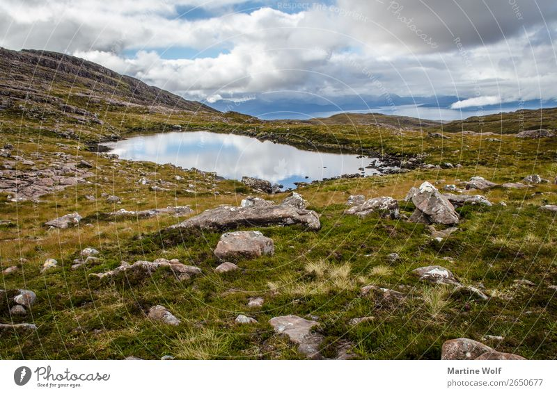 little loch Umwelt Natur Landschaft Urelemente Himmel Wolken Wetter Hügel Felsen Berge u. Gebirge Highlands Teich See Applecross Schottland Großbritannien