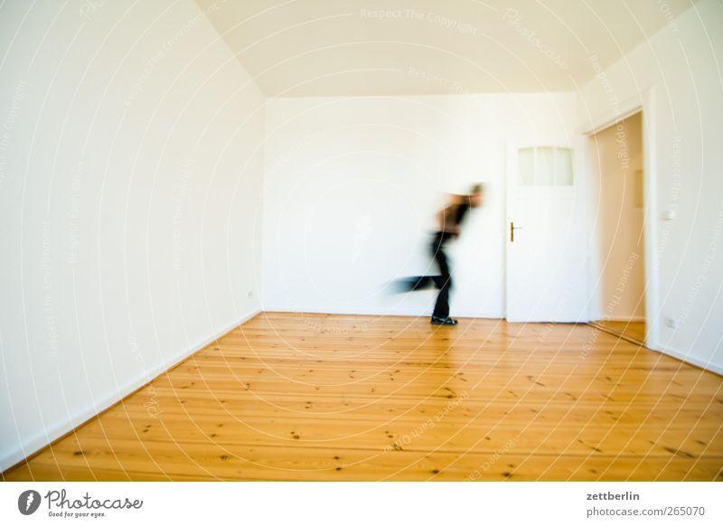 Ausgang Mensch Mann Haus Erwachsene Wand Mauer Wohnung gehen laufen Ziel rennen Holzfußboden Ausweg zielstrebig