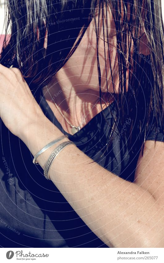 Sie macht die Haare schön I Mensch Frau Jugendliche Erwachsene feminin Leben Haare & Frisuren 18-30 Jahre nass Körperpflege Körperpflegeutensilien Haarsträhne