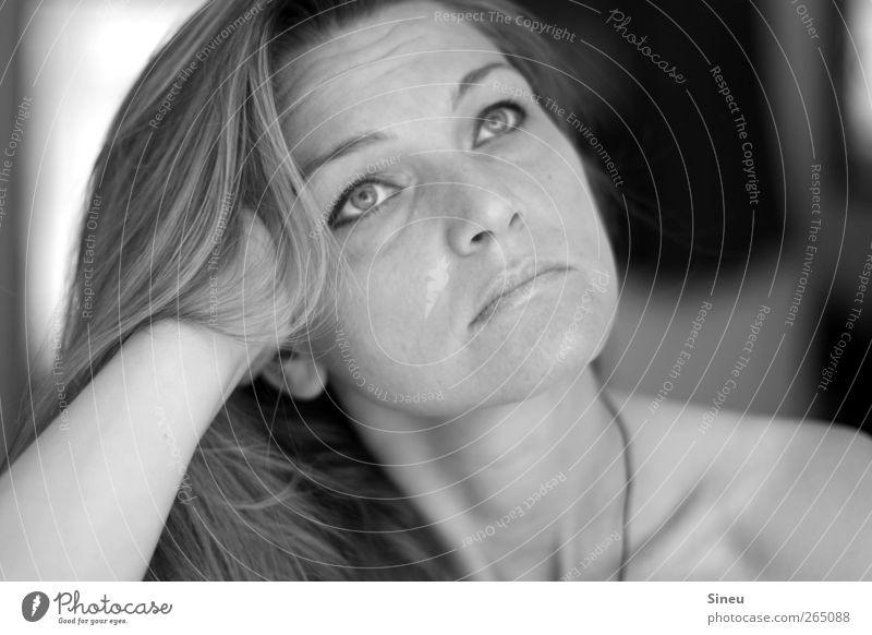 Wieso Silberblick? Frau Gesicht Erwachsene Haare & Frisuren Traurigkeit Denken träumen nachdenklich beobachten Langeweile Schulter Fragen langhaarig Sorge zögern