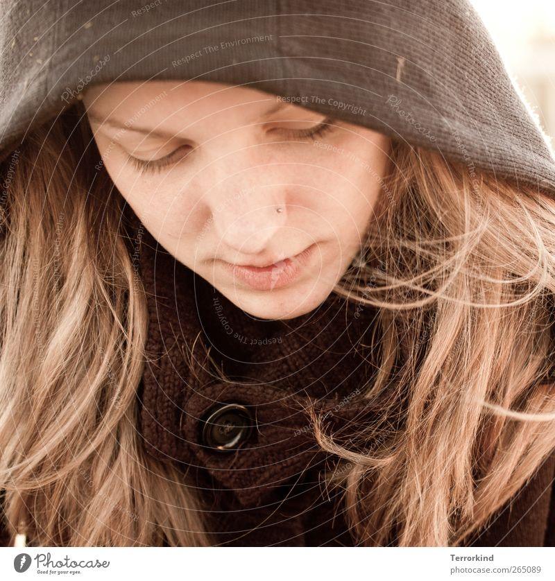 hold.my.hand. Mensch Frau Gesicht Haare & Frisuren blond Konzentration Jacke Piercing Mantel Knöpfe verträumt Kapuze