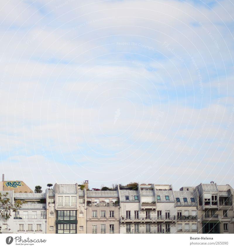 Über den Dächern von Paris Himmel Ferien & Urlaub & Reisen blau schön weiß Haus Freude Architektur Graffiti Gebäude Häusliches Leben ästhetisch Europa