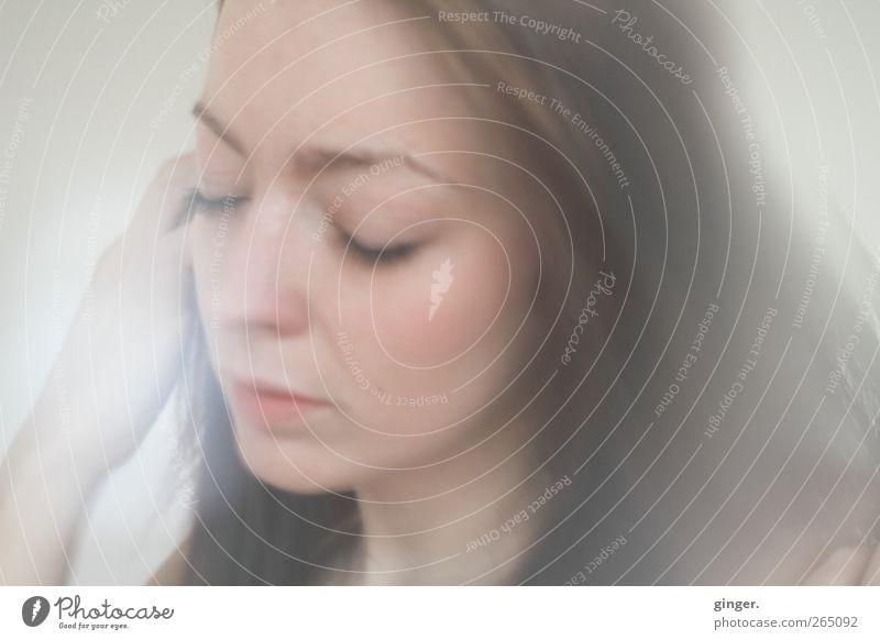 Shelter me. Mensch Jugendliche Gesicht Leben feminin Haare & Frisuren Kopf Traurigkeit träumen Junge Frau nachdenklich weich Schutz zart sanft Milchglas