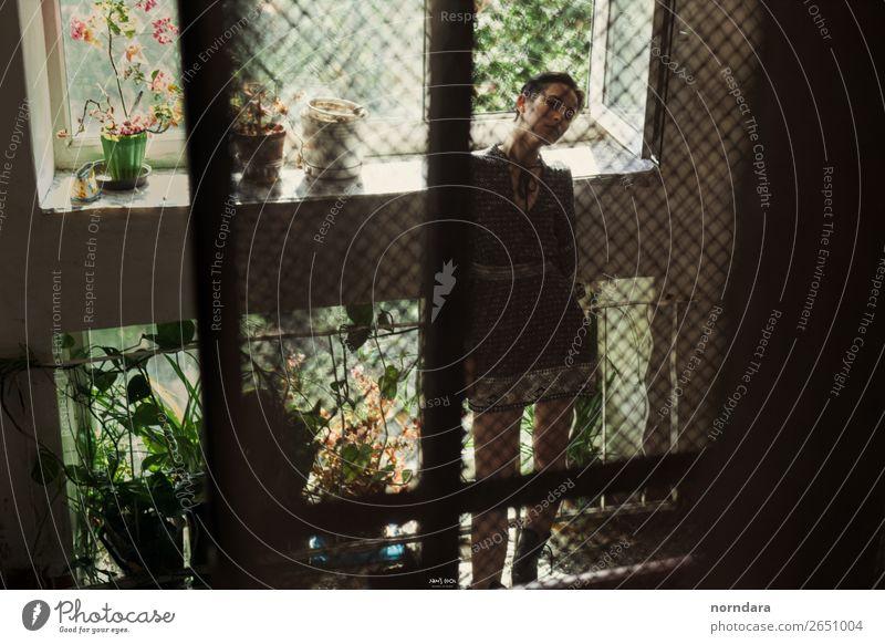 Mädchen-Silhouette Junge Frau Jugendliche 1 Mensch 13-18 Jahre Pflanze Haus Kleid hocken Eingang Hauseingang Fahrstuhl Fenster Sommer grün Einsamkeit Blick