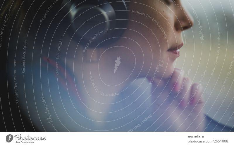 Musikhörer Lifestyle Freizeit & Hobby Ferien & Urlaub & Reisen Ausflug Frau Erwachsene 1 Mensch 18-30 Jahre Jugendliche Musik hören Kopfhörer Verkehr PKW