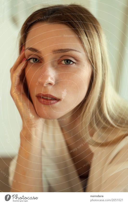 goldenes Schönheitsporträt schön Haut Gesicht Kosmetik Parfum Creme Schminke Lippenstift feminin Junge Frau Jugendliche Erwachsene 1 Mensch 18-30 Jahre Mode