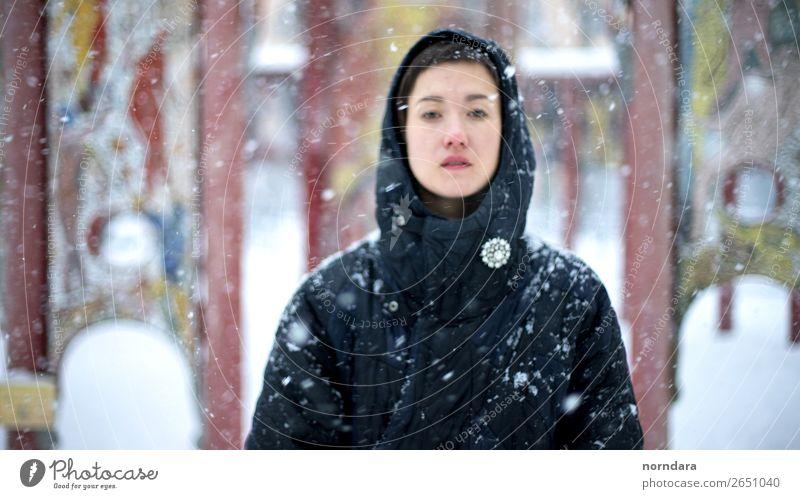 Winter 1 Mensch 18-30 Jahre Jugendliche Erwachsene Luft Klima Wetter Schönes Wetter Schnee Schneefall Mantel Accessoire Blick kalt Winterurlaub überwintern
